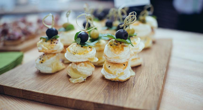 Fingerfood Catering Blätterteig Pastätchen mit Käse und Olive